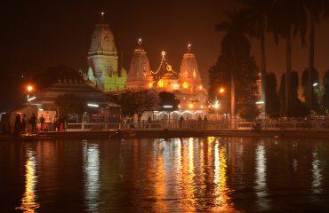 गोरखनाथ मंदिर (रात में दृश्य)