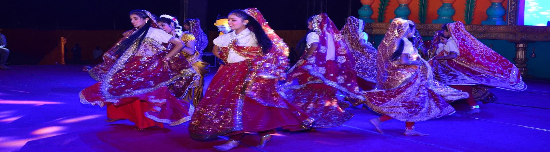 महोत्सव में छात्राओं द्वारा लोक नृत्य