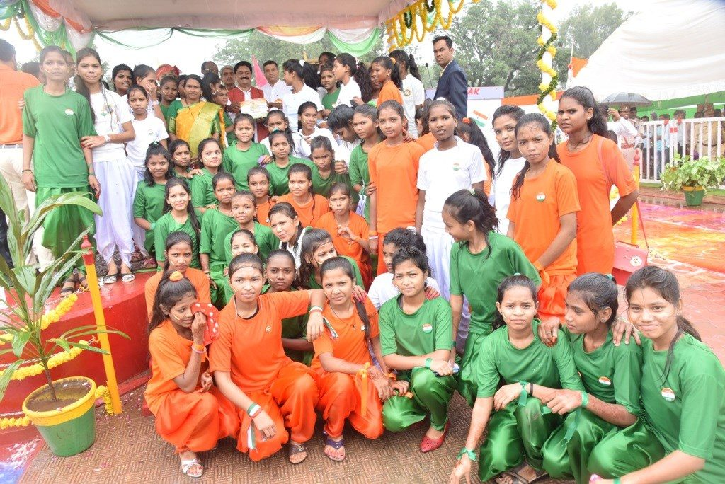 सांस्कृतिक कार्यक्रम के लिए स्कूली छात्रों को पुरस्कार