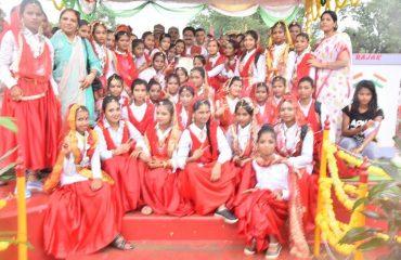 सांस्कृतिक कार्यक्रम के लिए स्कूली छात्रो को पुरस्कार