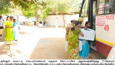 மாவட்ட ஆட்சியர், வாக்குப்பதிவு இயந்திரங்களை வாக்குச்சாவடி மையங்களுக்கு அனுப்பும் பணிகளை பார்வையிட்டார்
