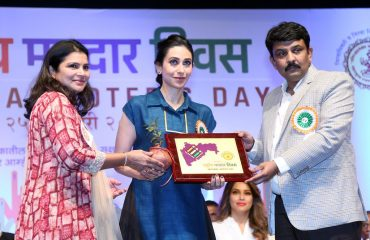 Collector Thane Welcoming chief guest Karishma Kapoor