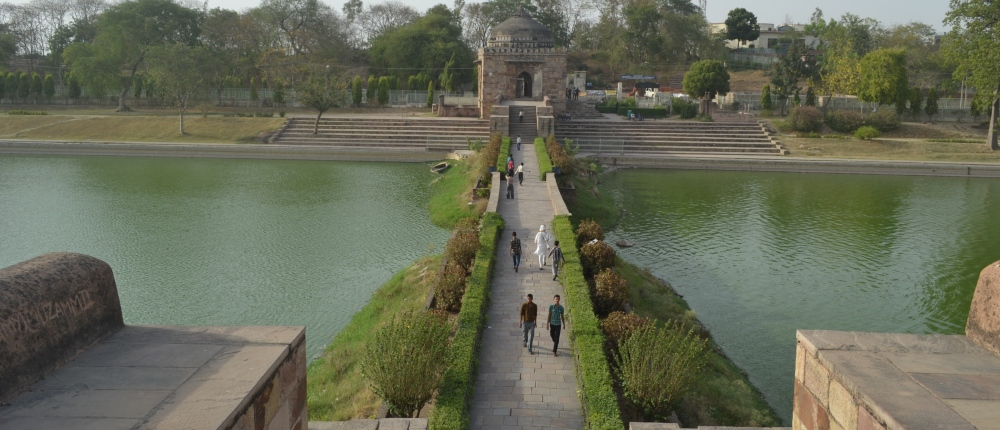 Entrance_Gate_and_Pathway_at_the_Tomb_of_Sher_Shah_Suri