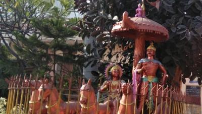krishan and and arjun statue