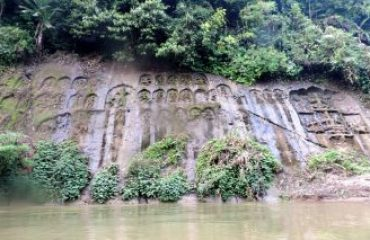 Rock carved images of deities at Chobimura
