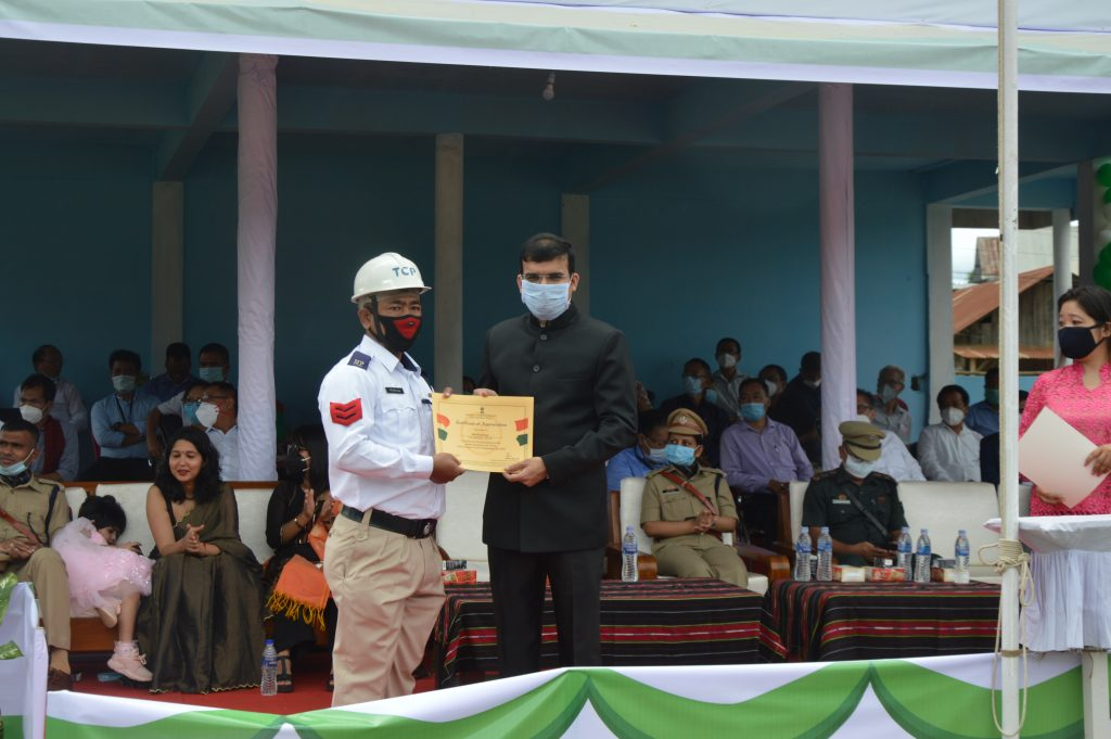 DC giving momento to a Police personnel