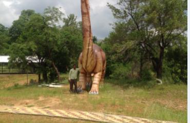 पार्क मधील डायनासोरची कलाकृती