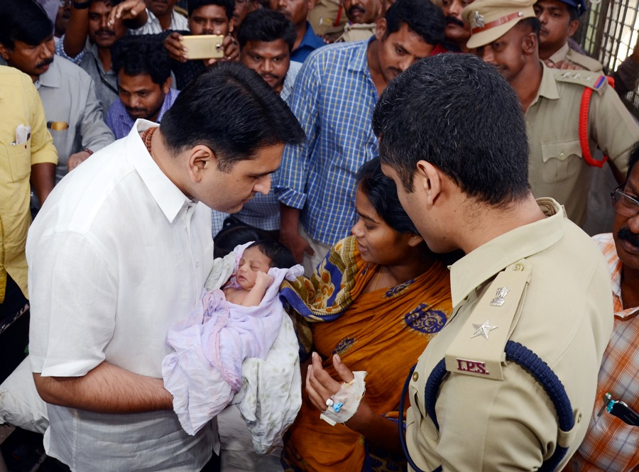 Collector and SP handing over the missing child at GGH