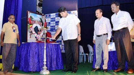 District Collector addressing students after inaugarating Reliance Dheerubhai Ambani Quiz 2018 at Dhantu Kalaksetram, Kakinada on 21-12-2018.