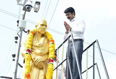 On 16.3.2020 District Collector garlanded Amarajeevi Potti Sri Ramulu statue at CBM junction kakinada on the occasion of Potti Sriramulu Jayanyhi. Joint Collector, DRO, Kakinada Municipal, Commissioner, ZP CEO and several others participated.