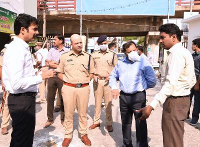 On 12.04.2020 Covid-19 Special Officer along with District Collector, Superintendent of Police and Joint Collector visited newly shifted rythu bazars and grocery shops at Gandhinagar Rythu Bazar, Kottapeta market, Spencer Supermarket in Kakinada.