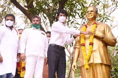 District Collector, Joint Collector(R), Joint Collector(D) and District Revenue Officer garlanded to the statue of SR Sankaran IAS on eve of Birth Anniversary of Sri SR Sankaran IAS at collectorate, Kakinada on 22-10-2020. Public representatives and collectorate superintendents participated.