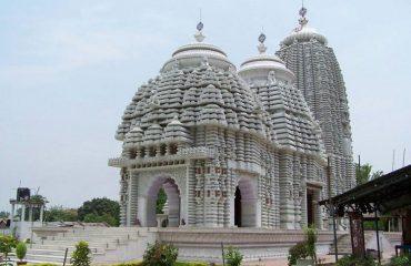 पोंडी जगन्नाथ मंदिर का सामने से द्रश्य