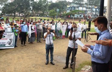 Deputy Commissioner Sirmaur Ram Kumar Gautam administering oath to the people present at launch of Swachhta Saptah under the Swachh Himachal Abhiyan 2021 from Nahan Chaugan on 9 August 2021.