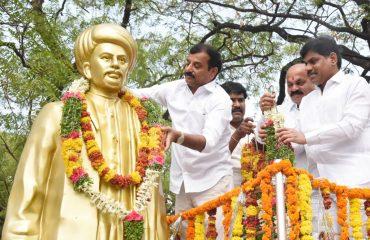 యం.పి జ్యోతిభ ఫూలే విగ్రహానికి పులా మల వేసారు