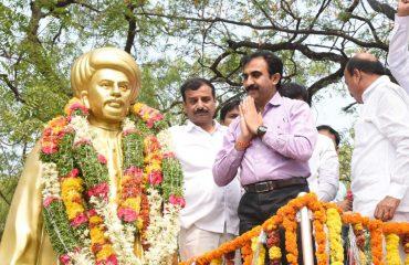 కలెక్టర్ జ్యోతిభ ఫూలే విగ్రహానికి పులా మల వేసారు