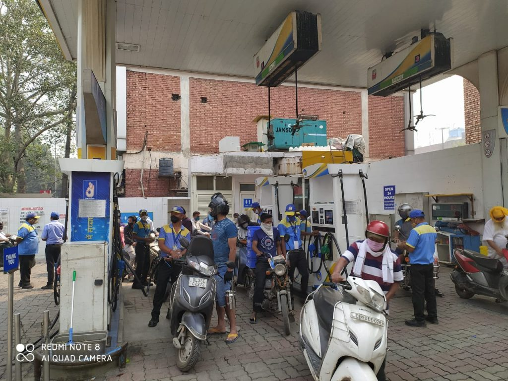 Awareness team visiting Public gathering points such such Banks ,petrol pumps, gas sgency etc.5