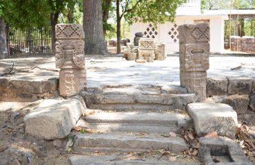 महेशपुर में प्राचीन वास्तुकला और सीढ़ियां