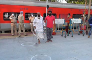 Arrival of migrant labourers at Bankura Station