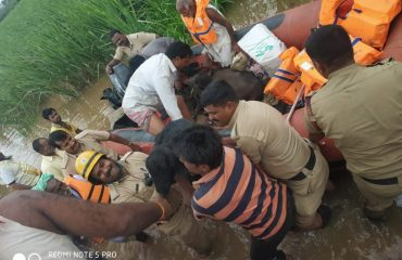 rescue 7 peoples and cattles in chikapadsalagi village