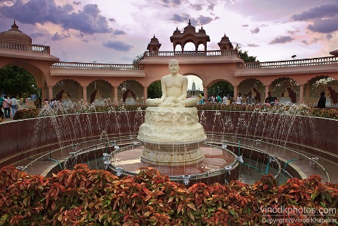 Image of Statue at Anand Sagar, Shegaon.