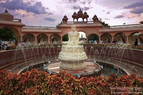 Image of Statue at Anand Sagar, Shegaon.
