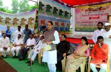 Image of Guardian minister while speaking in Inauguration of Farmers Weekly Market