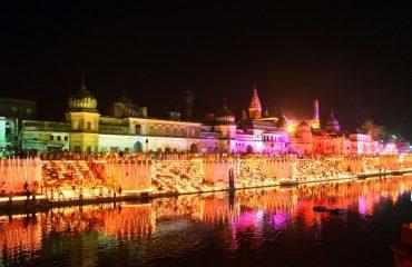 राम की पैढ़ी परिसर रात में सुन्दरता पूर्वक प्रकाशित