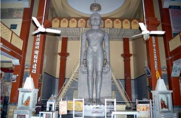 31-feet-tall-Adinath-Bhagwan-with-the-other-Gods-on-both-sides-in-large-hall