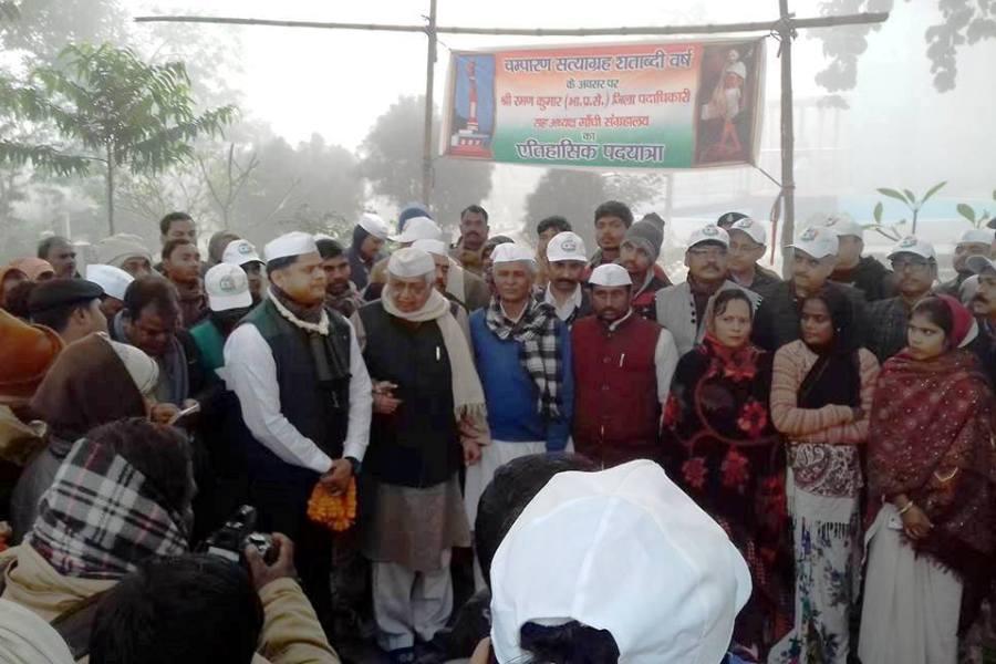 श्री रमन कुमार, डीएम द्वारा स्वच्छ और ओडीएफ चम्पारण के लिए 100 किमी की पदयात्रा