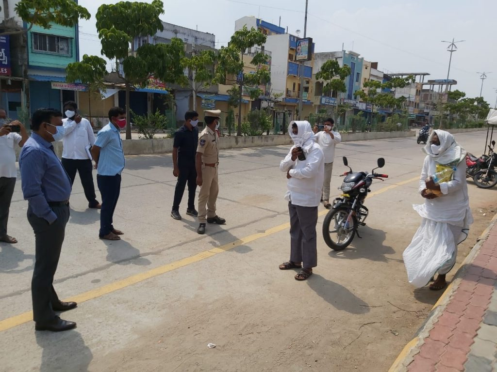 The District Collector inspected the lockdown arrangements on the roads from the MPDO office in Banswada town to the bus stand