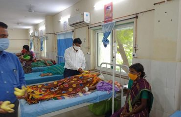 In Charge Additional Collector handed over the fruits to Pregnant Women in the Maternity Ward of the District Area Hospital on the occasion of Independence Day.