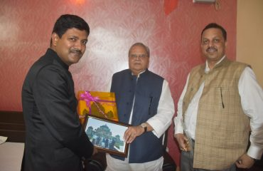 DM Rohtas presenting the memento to H.E. Governor of Bihar Shri Satya Pal Malik