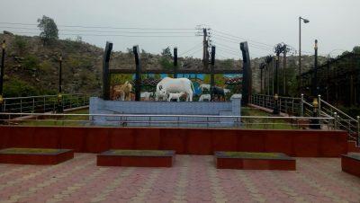 सितामणि मंदिर परिसर में गाय की मूर्ति