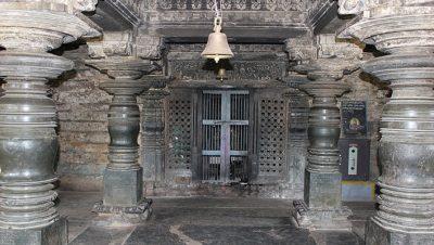 ಸಿದ್ದೇಶ್ವರ ದೇವಸ್ಥಾನ ಮಂಟಪ ಎದುರಿಸುತ್ತಿರುವ ಗರ್ಭಗುಡಿ