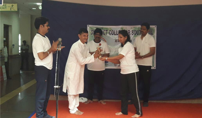 Yoga Day 2018 Giving Award to Yoga Instructor