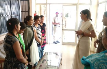 DC interacting with DAV School Toppers.