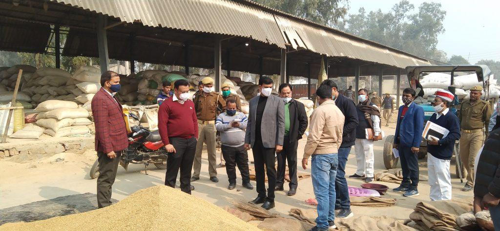जनपद नोडल अधिकारी समीर वर्मा सचिव, लोक निर्माण विभाग उत्तर प्रदेश शासन का जनपद स्तरीय अधिकारियों के साथ निरिक्षण ।