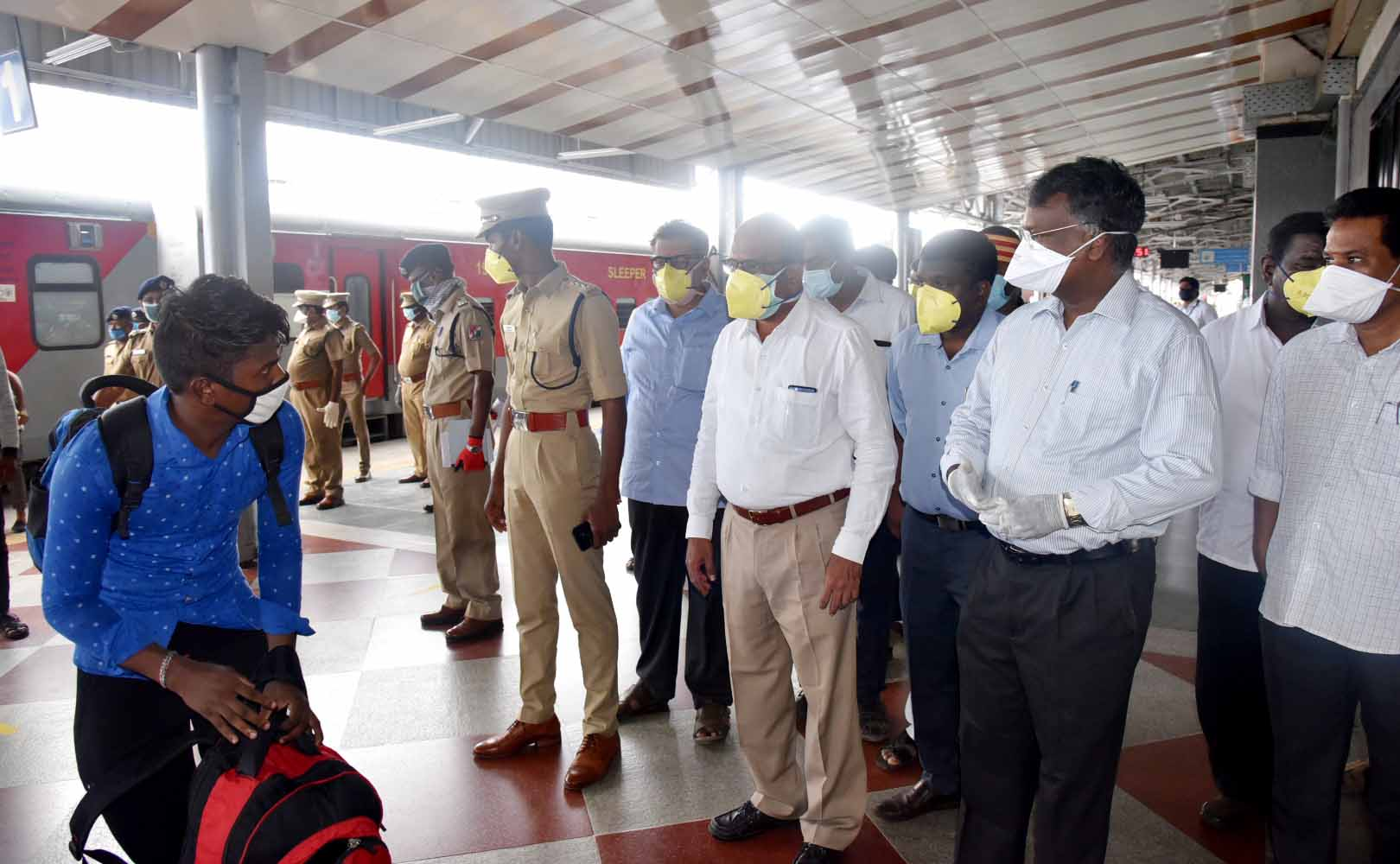 District collector Inspected the transport of migrant workers arrived from Maharastra to the respective Districts on 10-05-2020