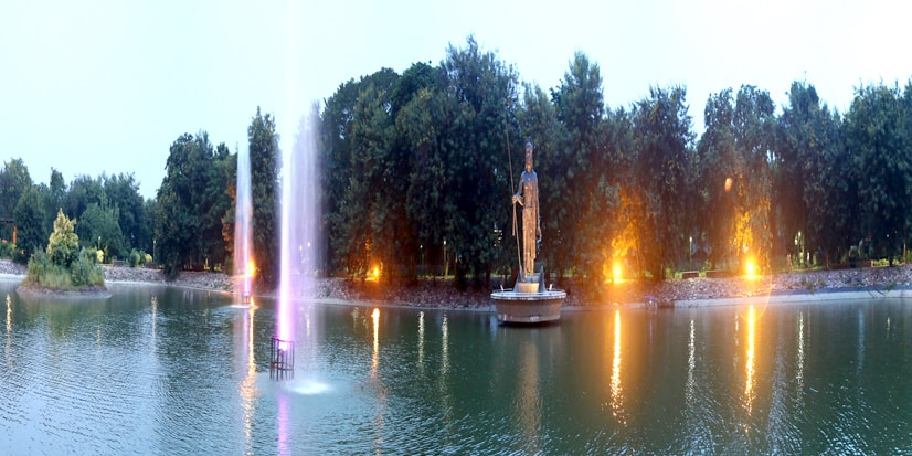 View of the lake along with the stature of Pandu and fountains.