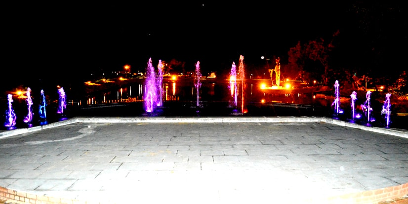 Night view of the lake and the colourful fountains.