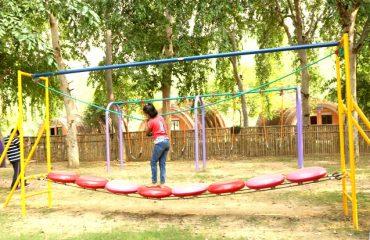 पार्क में अलग अलग किस्म के झूले