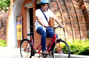 टंडेम साइकिल चलाते हुए एक व्यक्ति