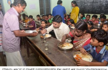 District Collector S Suhas having Lunch at Neerkunnam S.D.V School